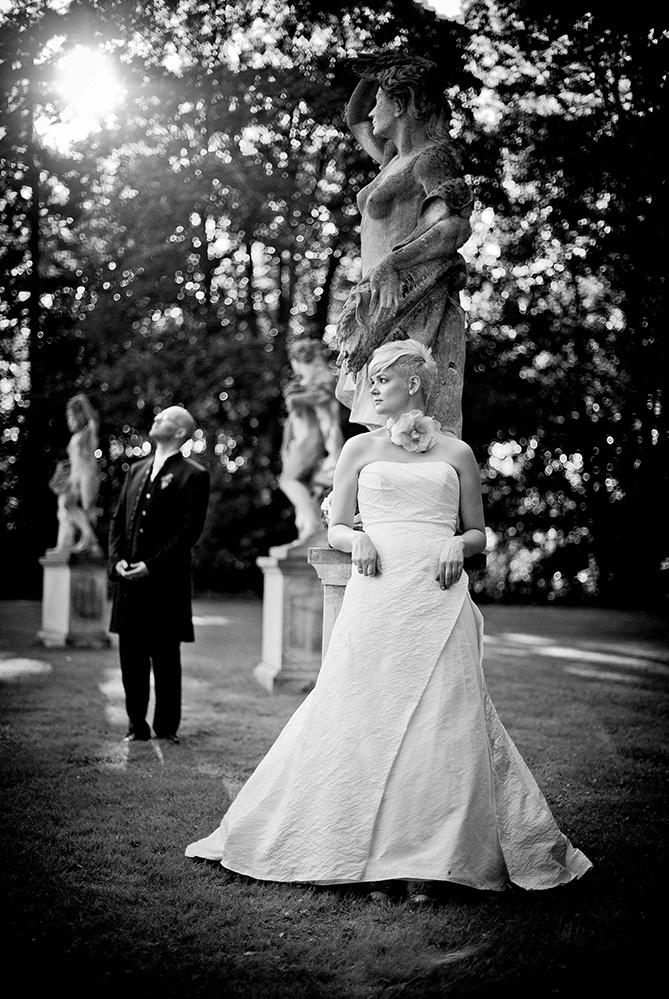 Brautkleid im Park